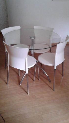 Mesa redonda com tampo de vidro e quatro cadeiras