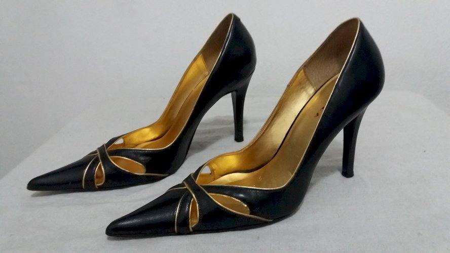 Sapato de salto preto dourado sofisticado conservado